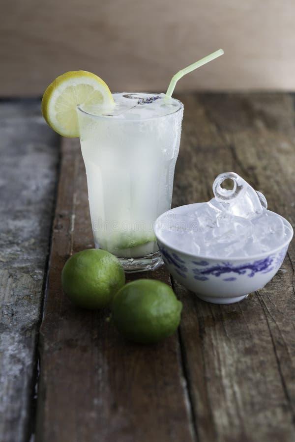 Verse eigengemaakte limonade met het glas en de schotel van ijsblokjes royalty-vrije stock afbeelding