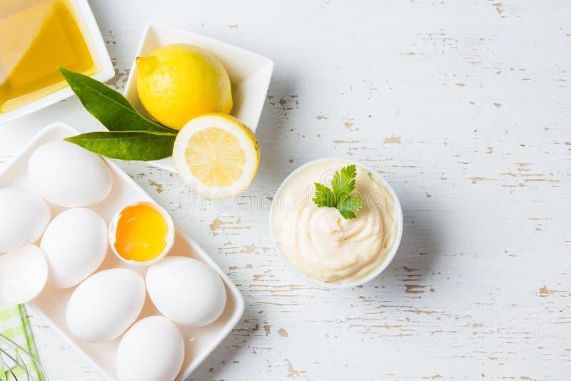 Verse eigengemaakte Mayonaise en ingrediënten op witte achtergrond royalty-vrije stock foto's