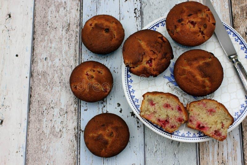 Verse Eigengemaakte muffins op blauwe plaat en houten lijst stock afbeeldingen