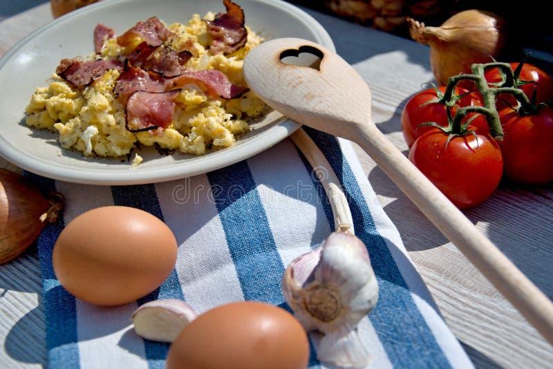 Verse eigengemaakte ontbijteieren, ui en gebraden die ham, op een houten lijst wordt geplaatst royalty-vrije stock afbeeldingen