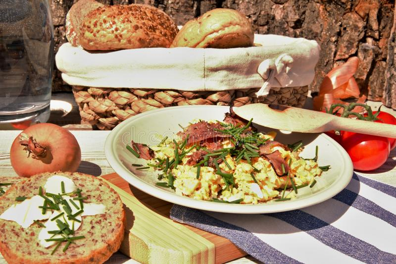 Verse eigengemaakte ontbijteieren, ui en gebraden die ham, op een houten lijst wordt geplaatst stock afbeeldingen