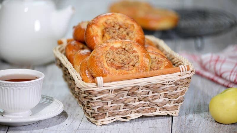 Verse eigengemaakte open gistbroodjes met appel en kruimeltaart Traditionele Russische gebakjevatrushka, ronde broodjes, scherpe  stock foto's