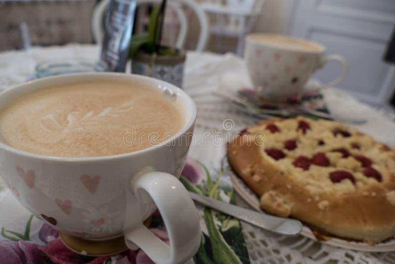 Verse eigengemaakte ronde rapsberry cake royalty-vrije stock foto's