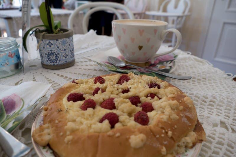 Verse eigengemaakte ronde rapsberry cake stock afbeelding