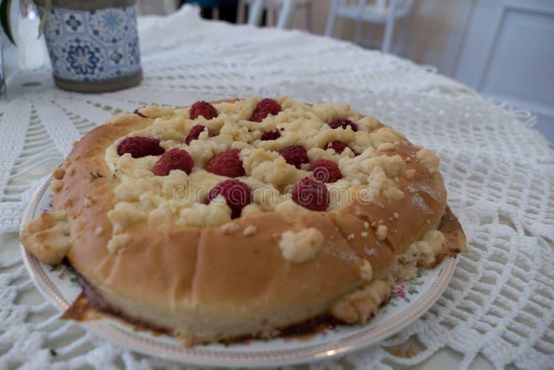 Verse eigengemaakte ronde rapsberry cake royalty-vrije stock fotografie