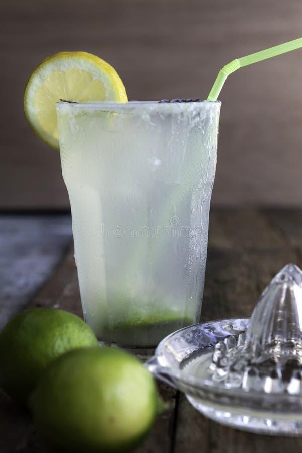 Verse eigengemaakte verfrissende limonade met kalk en citroensap stock afbeeldingen