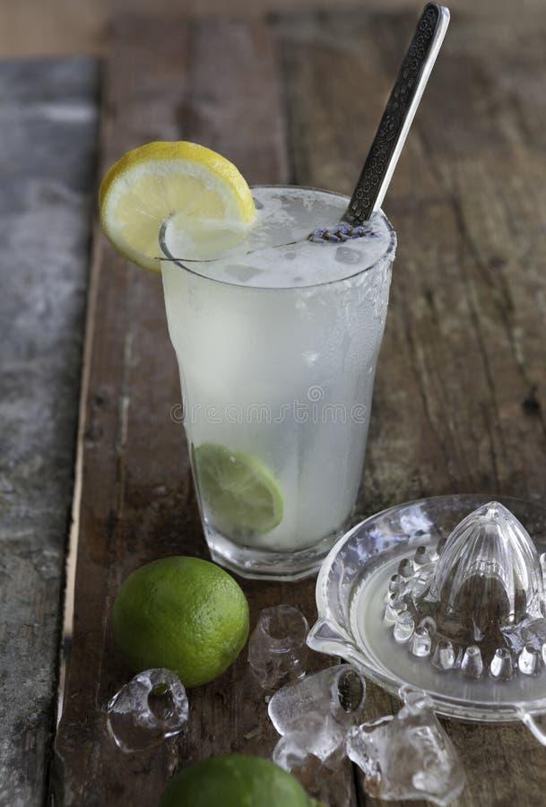 Verse eigengemaakte verfrissende limonade met kalk, ijs en citroensap stock afbeelding