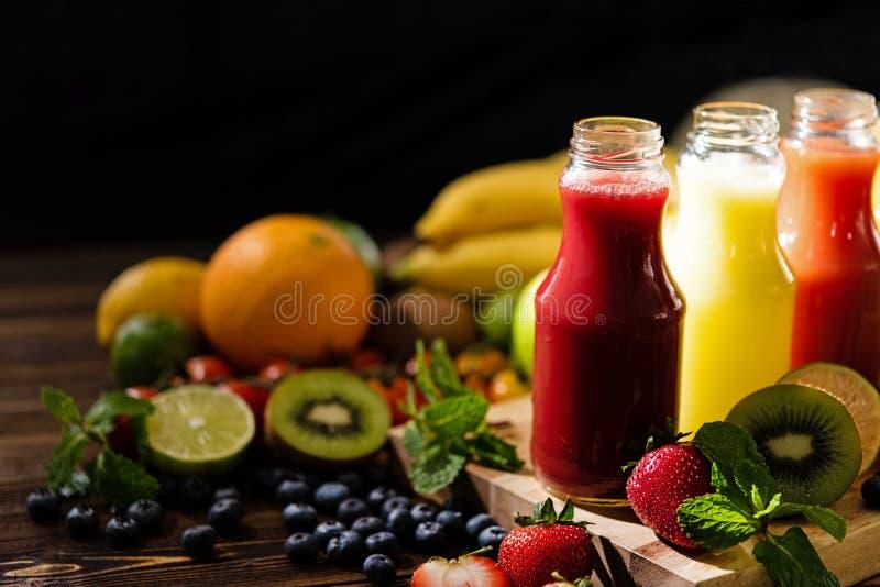 Verse en Gezonde Sappenvruchten Diverse vers gedrukte vruchten en groentesappen stock afbeelding