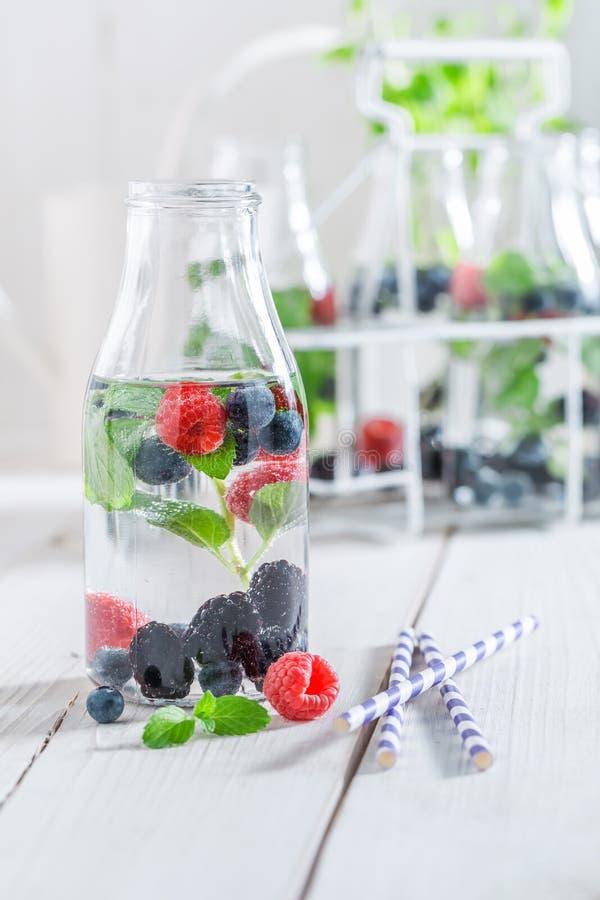 Verse en gezonde soda in fles met bessen stock fotografie