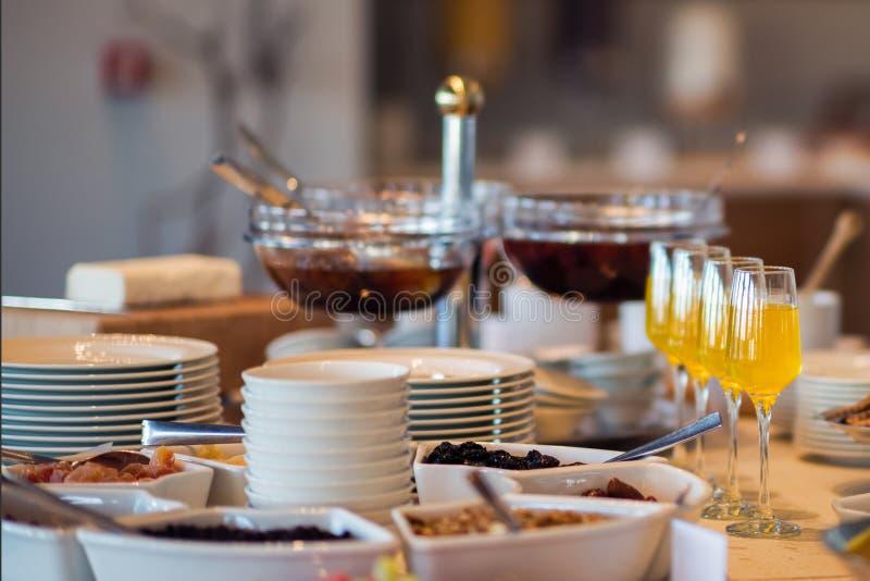 Verse en heldere continentale ontbijtlijst met jam op de montages van de toostlijst stock afbeeldingen