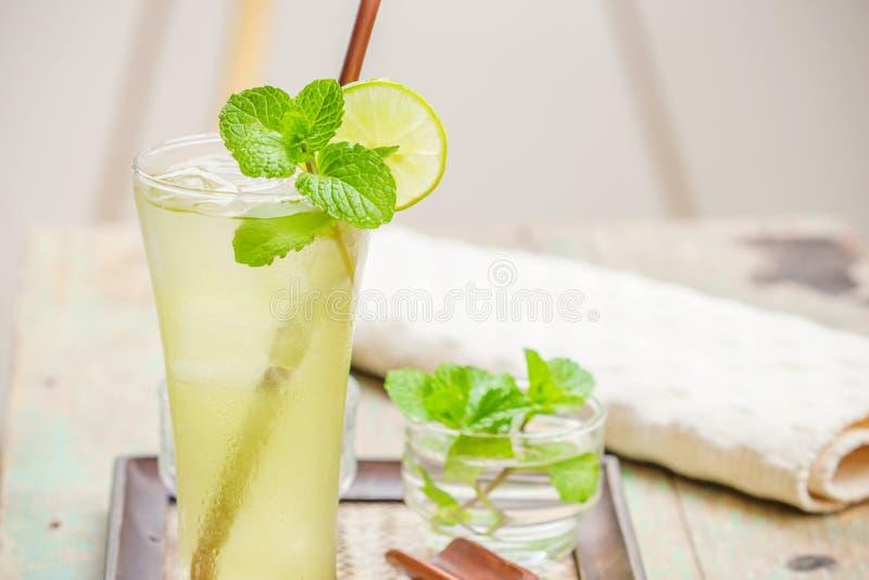 Verse en koude ijs groene thee met gesneden kalk stock afbeelding