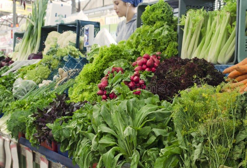 Verse en organische groenten bij landbouwersmarkt stock afbeeldingen