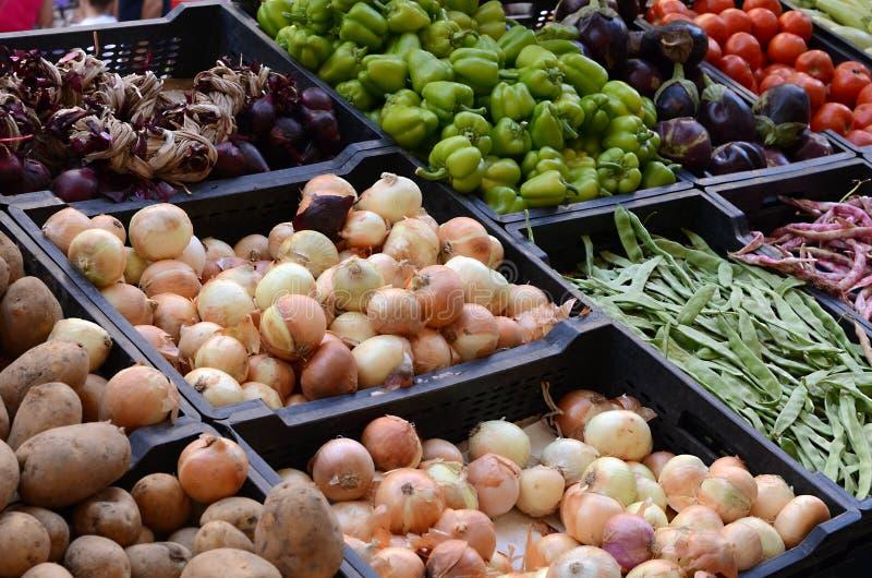 Verse en organische groenten bij landbouwersmarkt royalty-vrije stock foto's