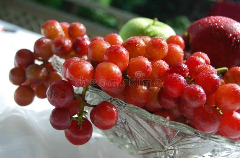Verse en sappige druiven in een kristalkom