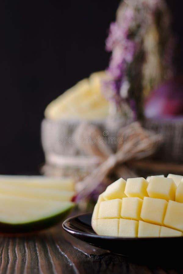 Verse en sappige mango, besnoeiing door de helften over houten lijst royalty-vrije stock fotografie