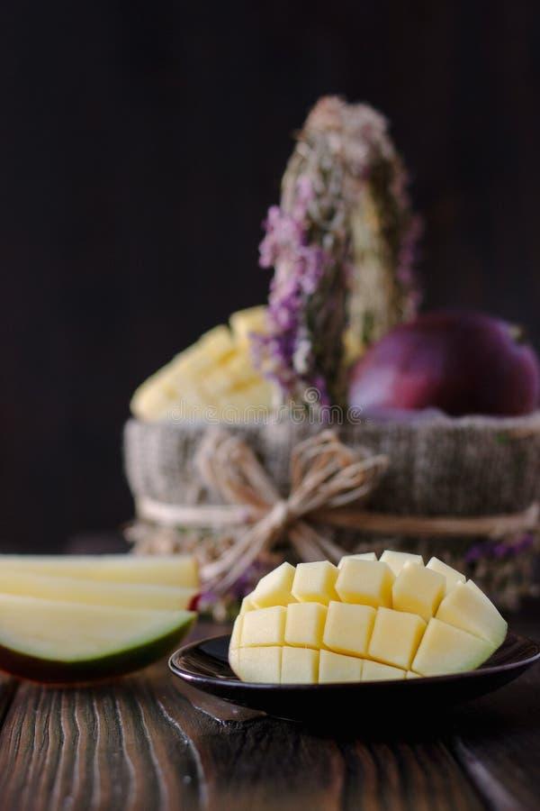 Verse en sappige mango, besnoeiing door de helften over houten lijst stock foto's