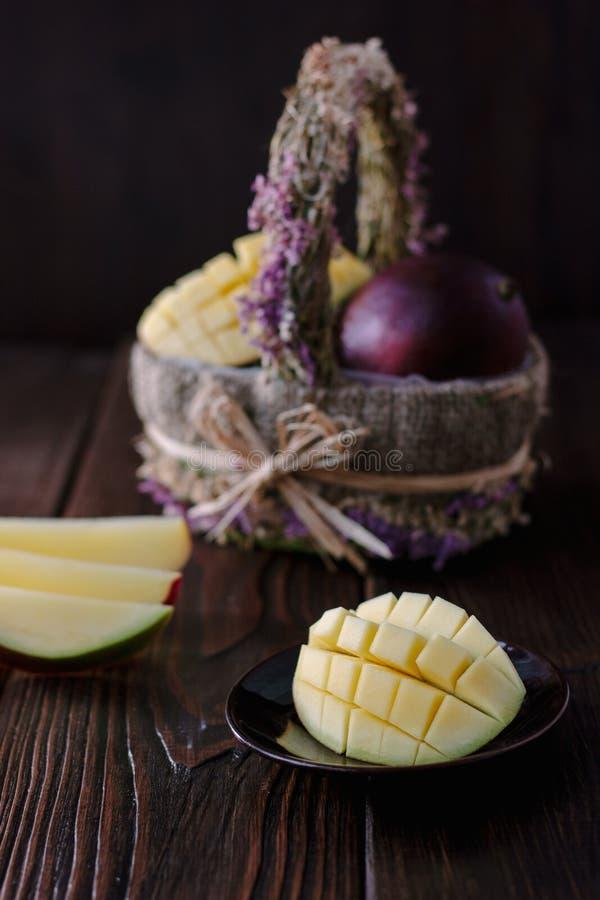 Verse en sappige mango, besnoeiing door de helften over houten lijst royalty-vrije stock afbeelding