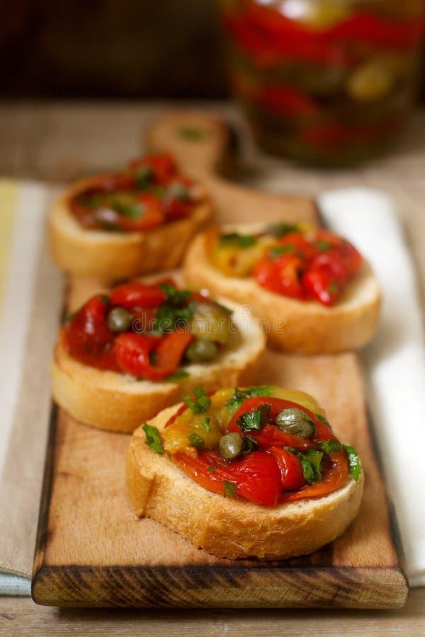Verse en smakelijke bruschetta met ingelegde groene paprika, kappertjes en peterselie royalty-vrije stock foto
