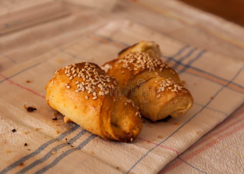Verse en smakelijke gebakken broodjes met sesam stock foto