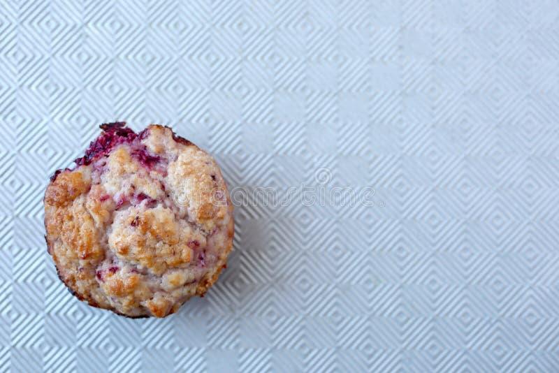 Verse en warme zelfgemaakte muffin die gereed is om te eten stock foto's