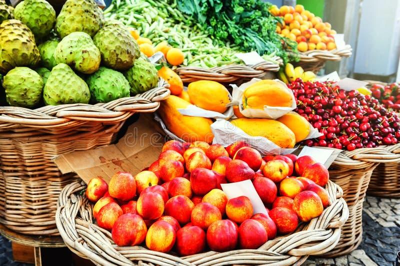 Verse exotische vruchten bij de lokale markt Funchal, Madera stock foto