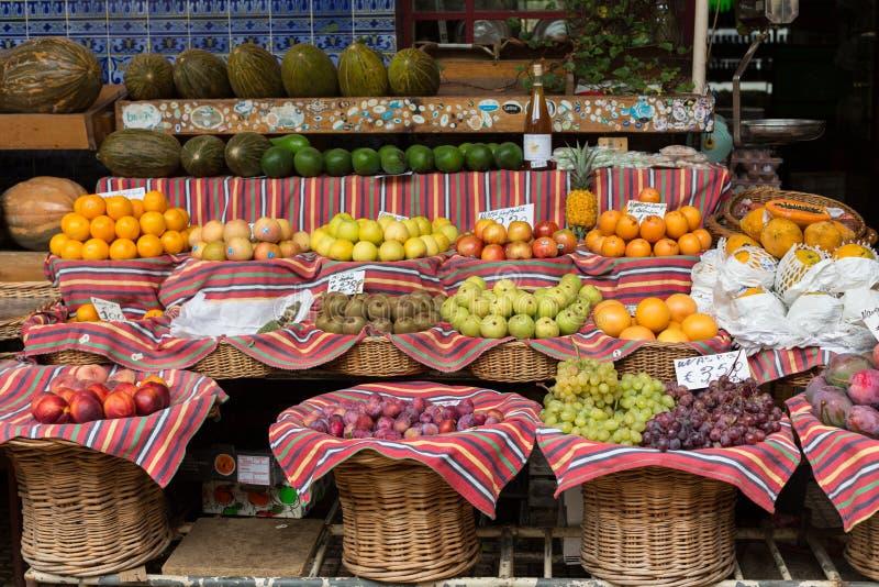 Verse exotische vruchten in Mercado Dos Lavradores Funchal, Madera, royalty-vrije stock fotografie