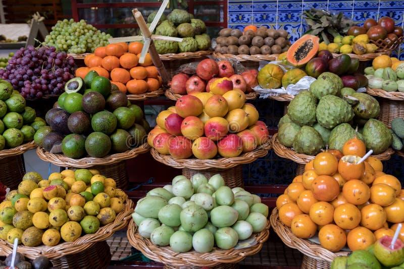 Verse exotische vruchten in Mercado Dos Lavradores Funchal, Madera, royalty-vrije stock afbeelding