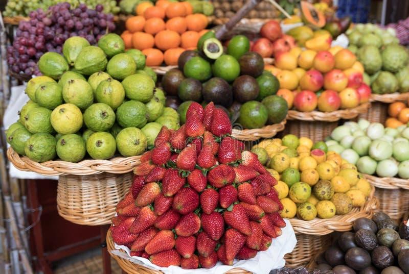 Verse exotische vruchten in Mercado Dos Lavradores Funchal, Madera, royalty-vrije stock afbeeldingen