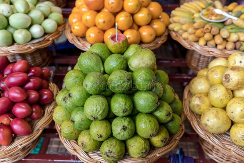 Verse exotische vruchten in Mercado Dos Lavradores Funchal, Madera, stock foto's