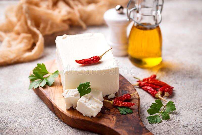 Verse feta-kaas met kruiden stock afbeelding