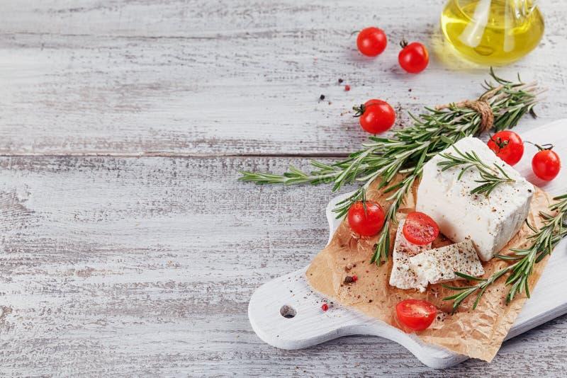 Verse feta-kaas met rozemarijn op witte houten dienende raad royalty-vrije stock foto's