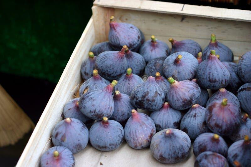 Verse fig. in een doos stock afbeeldingen