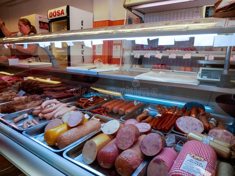 Verse fijne vleeswaren op de ijskast in lokale vleeswinkel royalty-vrije stock afbeeldingen