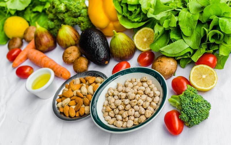 Verse fruit en groenten, korrels, en noten op een witte achtergrond stock foto