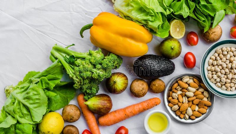 Verse fruit en groenten, korrels, en noten op een witte achtergrond royalty-vrije stock foto