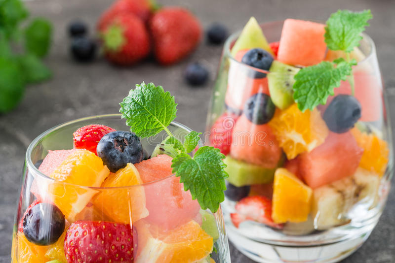 Verse fruitsalade in glas stock foto