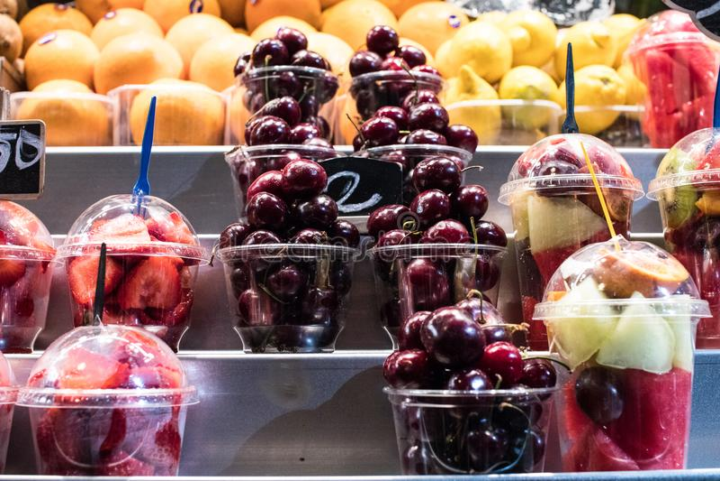 Verse fruitsaladebesnoeiing en verpakt Voedsel en drank voor summe royalty-vrije stock foto's