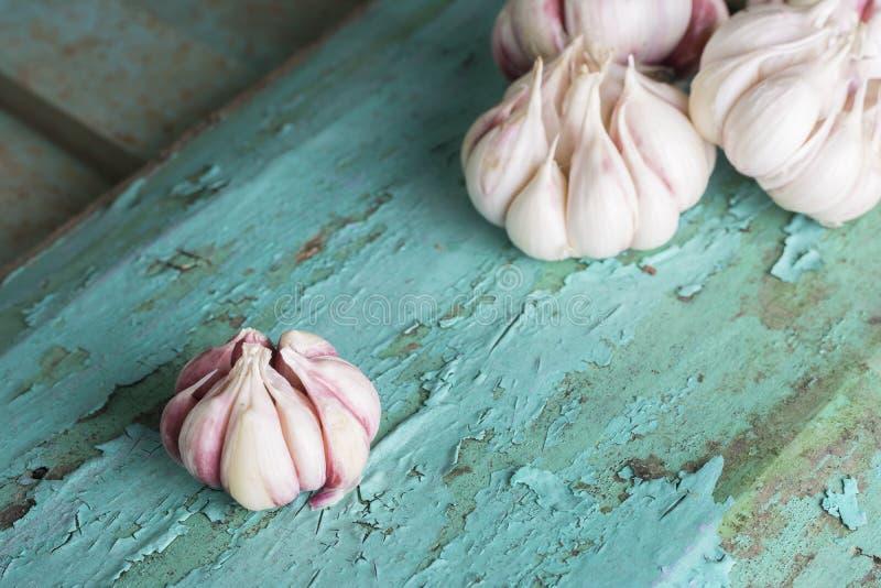 Verse garlics op turkoois houten plank gezond het eten concept royalty-vrije stock foto's