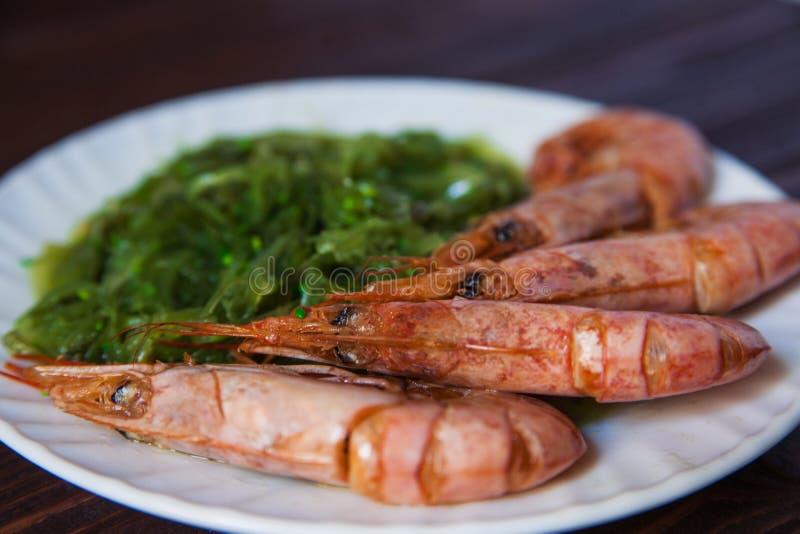Verse Garnalen met groene salade op houten backgrownd Gezond voedsel royalty-vrije stock afbeeldingen