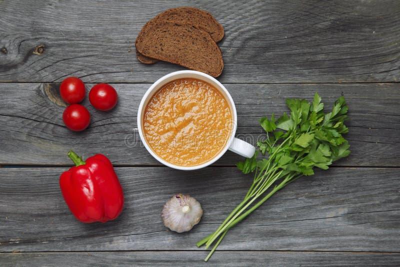 verse gazpacho in een kom stock fotografie
