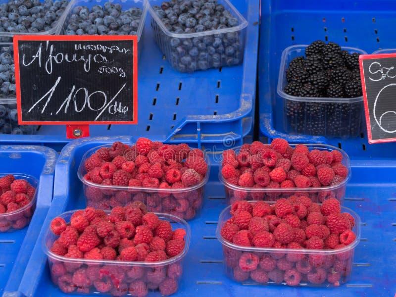 Verse geassorteerde bessen bij landbouwersmarkt royalty-vrije stock afbeeldingen