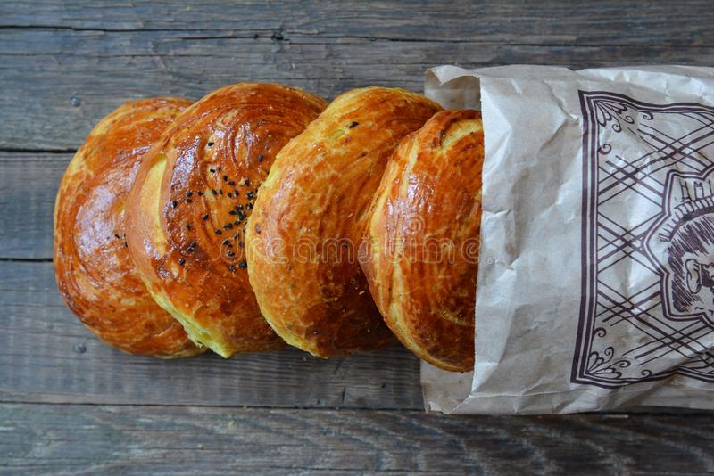 Verse gebakjes van een markt stock fotografie
