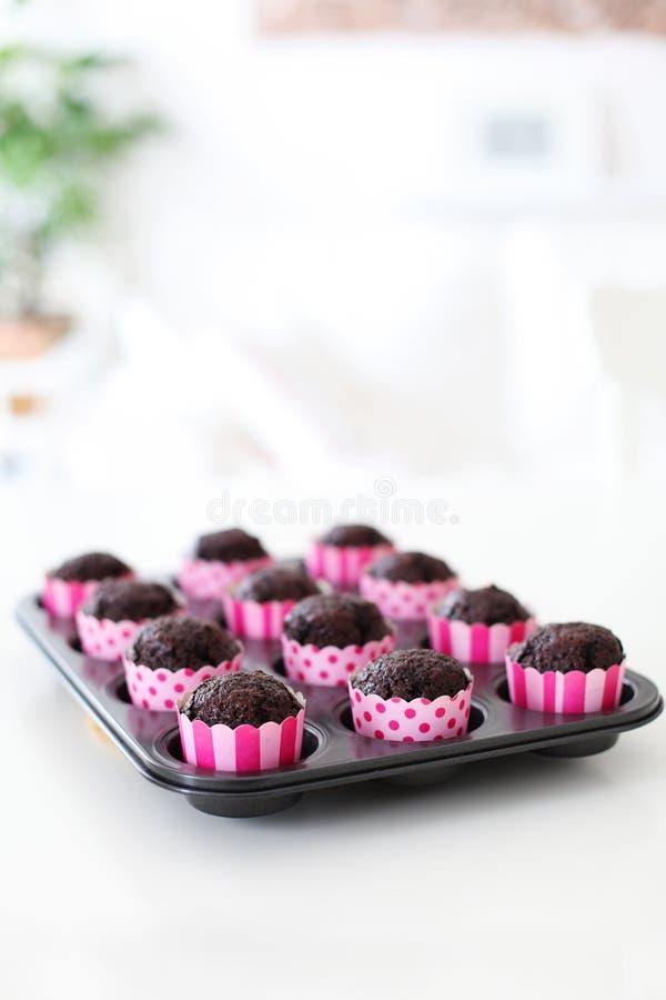 Verse Gebakken Chocolade Cupcakes in Roze Omslagen royalty-vrije stock afbeeldingen