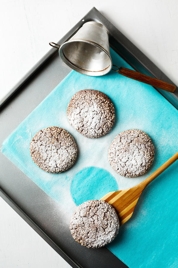 Verse gebakken chocoladekoekjes in suikerpoeder stock fotografie