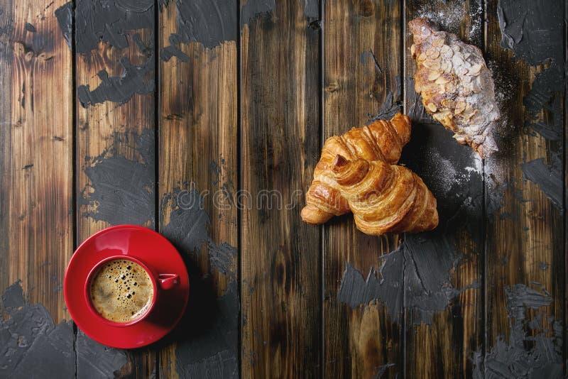 Verse gebakken croissant stock afbeeldingen