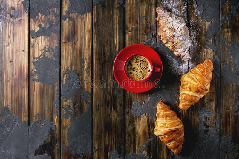 Verse gebakken croissant stock foto's