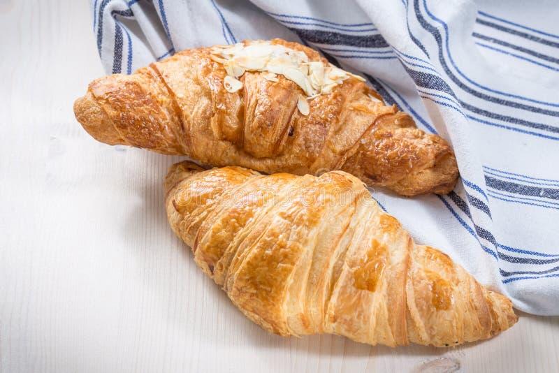 Download Verse gebakken croissants stock afbeelding. Afbeelding bestaande uit cuisine - 39106141