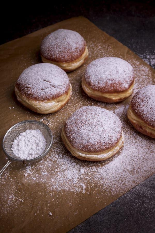 Verse gebakken en versierd met gepoederde suiker Duitse doughnuts royalty-vrije stock afbeelding