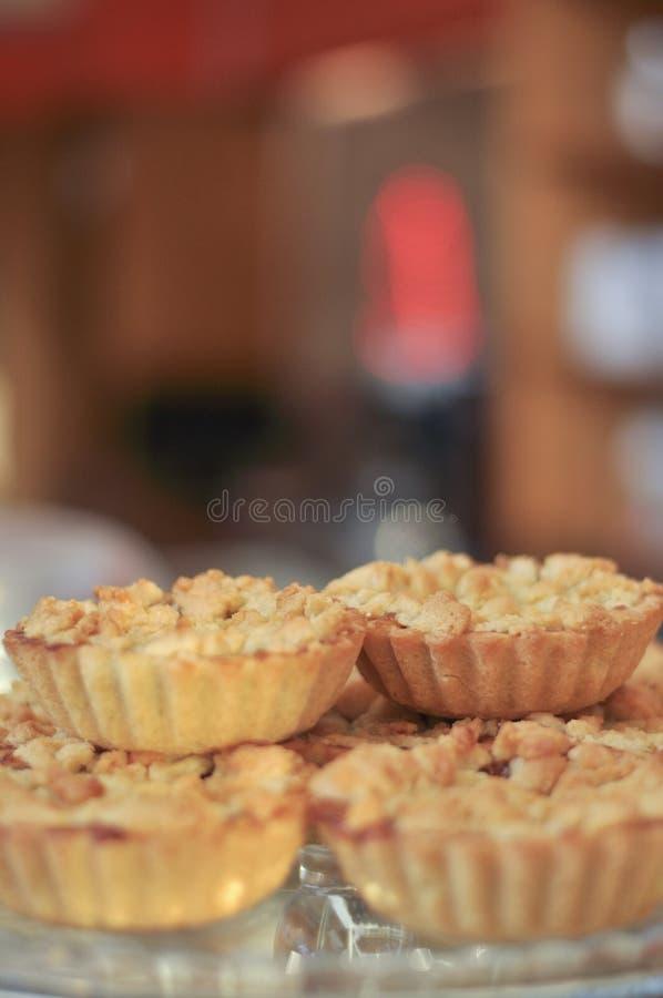 Verse gebakken heerlijke appeltaarten stock afbeeldingen