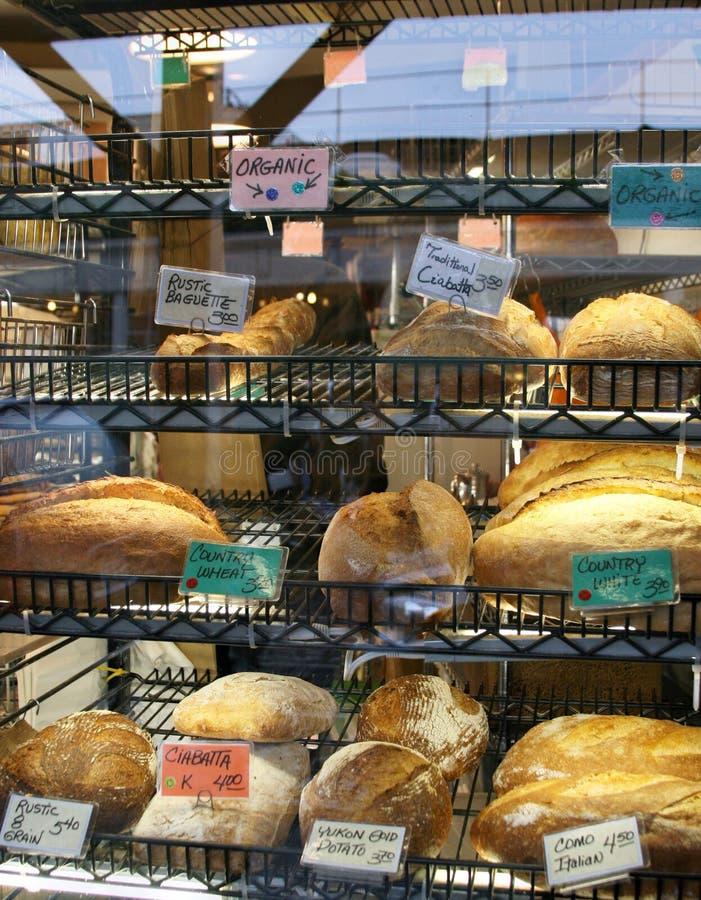 Verse gebakken liefdes van brood op een rek van de bakkerijopslag royalty-vrije stock afbeeldingen